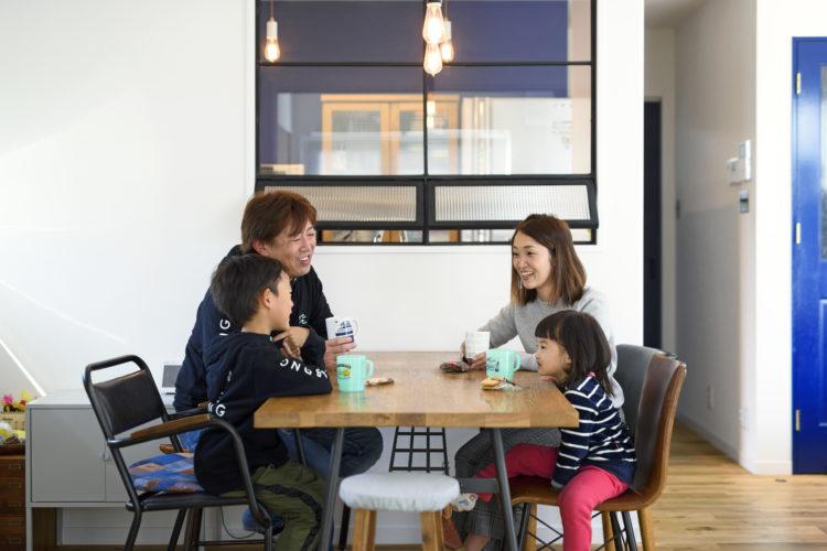 カフェさながらの雰囲気。家族の一体感を感じるガルバリウムの家