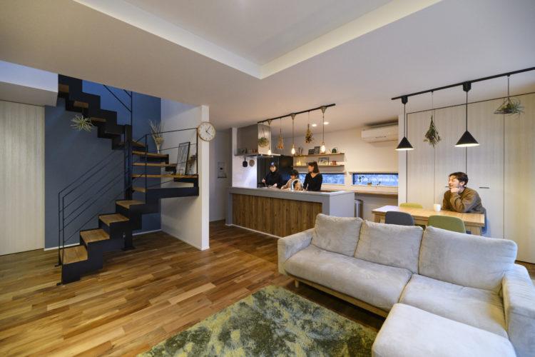ガルバリウム鋼板と白塗り壁で造りあげた理想のお家